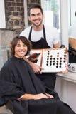 Mooi brunette die haarkleur met stilist uitkiezen royalty-vrije stock afbeelding