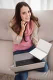 Mooi brunette die met laptop bestuderen Stock Afbeelding