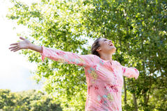 Mooi brunette die vrij in het park voelen Royalty-vrije Stock Afbeeldingen