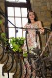 Mooi brunette in een oud huis royalty-vrije stock foto