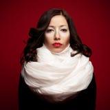 Mooi brunette met arty samenstelling en vapory sjaal royalty-vrije stock foto's