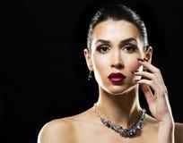 Mooi brunette met donkere make-up die blauwe juwelen dragen Royalty-vrije Stock Fotografie