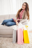Mooi brunette met het winkelen zakken Stock Afbeelding