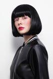 Mooi brunette met loodje haircat en modieuze make-up in vintag Stock Foto