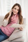 Mooi brunette op de krant van de telefoonholding Royalty-vrije Stock Foto