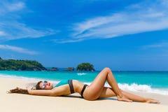 Mooi brunette op de kust van een tropisch strand De zomervaca Stock Fotografie