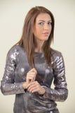 Mooi brunette in schitterende kleding stock foto's