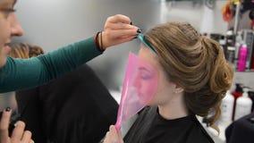 Mooi brunette in schoonheidssalon en kapper stock videobeelden