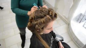 Mooi brunette in schoonheidssalon en kapper stock video