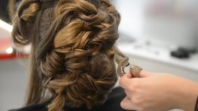 Mooi brunette in schoonheidssalon en kapper stock footage