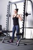 Mooi brunette tijdens training in gymnastiek royalty-vrije stock afbeeldingen