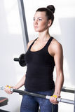 Mooi brunette tijdens training in gymnastiek Stock Fotografie