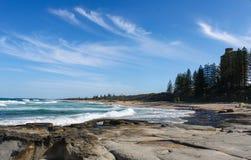 Mooi Buddina-Strand op de Zonneschijnkust van Australië met mooie turkooise water en unidentifiableemensen onderaan beac Stock Afbeeldingen