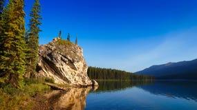 Mooi Canadees bergmeer bij schemer Stock Foto's