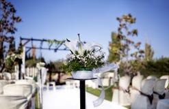 Mooi ceremonietrefpunt met bloemen en blauwe hemel royalty-vrije stock afbeeldingen