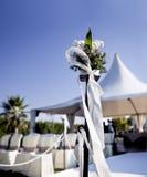 Mooi ceremonietrefpunt met bloemen en blauwe hemel royalty-vrije stock fotografie