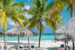 Mooi charmant wit zand tropisch strand met diverse voorwerpen en mensen op achtergrond Royalty-vrije Stock Fotografie