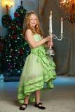 Mooi charmerend vrij blond kind-meisje op de achtergrond van een Nieuwjaarboom Royalty-vrije Stock Foto's