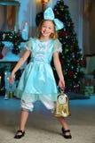 Mooi charmerend vrij blond kind-meisje op de achtergrond van een Nieuwjaarboom Royalty-vrije Stock Afbeeldingen