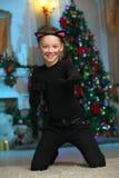 Mooi charmerend vrij blond kind-meisje op de achtergrond van een Nieuwjaarboom royalty-vrije stock fotografie