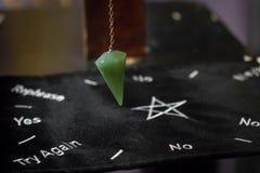 Mooi Crystal Pendulum Hanging royalty-vrije stock foto's