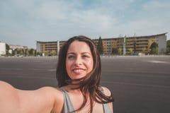 Mooi curvy meisje die een selfie nemen stock afbeelding