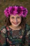 Mooi curvy meisje met een bloemkroon royalty-vrije stock foto's