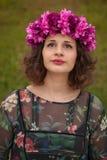 Mooi curvy meisje met een bloemkroon stock afbeelding