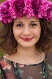 Mooi curvy meisje met een bloemkroon royalty-vrije stock afbeelding