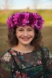 Mooi curvy meisje met een bloemkroon royalty-vrije stock fotografie