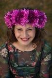 Mooi curvy meisje met een bloemkroon royalty-vrije stock afbeeldingen