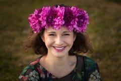 Mooi curvy meisje met een bloemkroon stock afbeeldingen