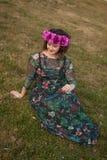 Mooi curvy meisje met een bloemkroon royalty-vrije stock foto