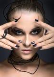 Mooi cybermeisje met lineaire zwarte make-up Royalty-vrije Stock Foto's