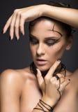 Mooi cybermeisje met lineaire zwarte make-up Royalty-vrije Stock Afbeeldingen