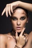 Mooi cybermeisje met lineaire zwarte make-up Royalty-vrije Stock Afbeelding