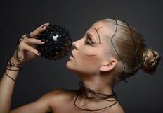Mooi cybermeisje met zwarte stekelige bal Stock Foto's