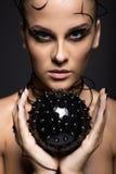 Mooi cybermeisje met zwarte stekelige bal Royalty-vrije Stock Afbeeldingen