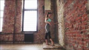 Mooi dansersmeisje die oefening doen Gezonde Levensstijl Geschiktheid, pilates stock video