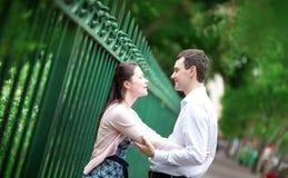 Mooi daterend paar in openlucht stock foto