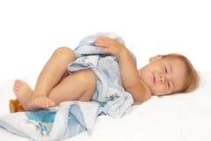 Mooi de baby op een bed stock afbeelding