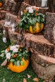 Mooi de herfsthuwelijk van de huwelijksdecoratie in oranje kleuren Pompoenen, bloemen, en kaarsen Stock Foto
