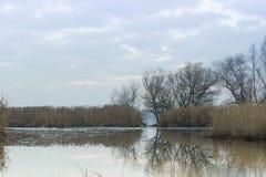 Mooi de herfstlandschap Bewolkte hemel en de rivier Dnieper, Zaporozhye-gebied, de Oekraïne royalty-vrije stock afbeeldingen