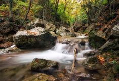 Mooi de herfstlandschap met bergrivier royalty-vrije stock afbeelding