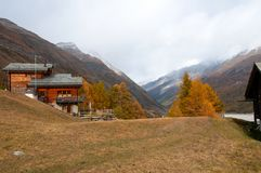 Mooi de herfstlandschap met een een chalet en Zmuttbach-Vallei royalty-vrije stock afbeelding