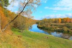 Mooi de herfstlandschap met rivier Stock Foto