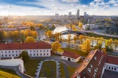 Mooi de herfstpanorama van de oude stad van Vilnius Stock Afbeeldingen