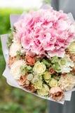 Mooi de lenteboeket bloemstuk met hydrangea hortensia en pioenen Lichtrose kleur Het concept een bloemwinkel Royalty-vrije Stock Foto's