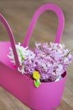 Mooi de lenteboeket van hyacinten in een roze mand Royalty-vrije Stock Foto's