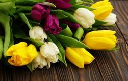 Mooi de lenteboeket van kleurrijke tulpen op een bruine houten achtergrond Royalty-vrije Stock Fotografie